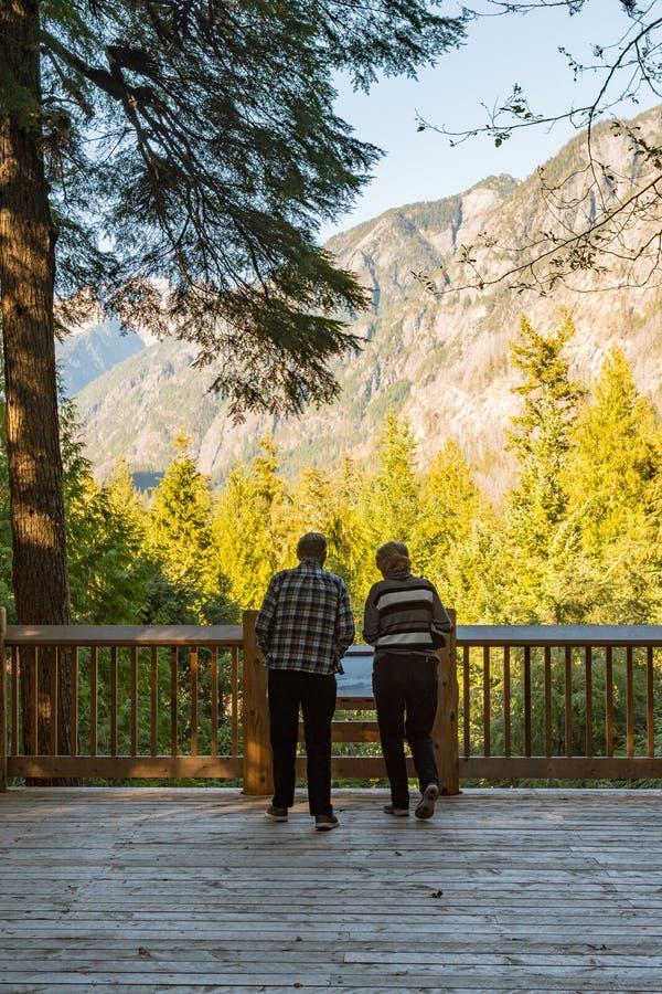 Старшая пара наблюдает южную горную цепь пикетчика от северного центра для посетителей каскадов стоковое фото rf