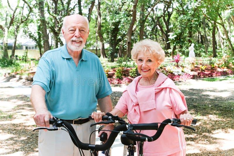 Старшая пара остается активной стоковые фото