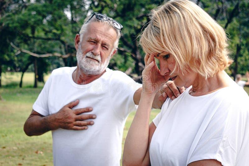 Старшая пожилая пара имея аргумент со стороной стресса стоковые изображения rf