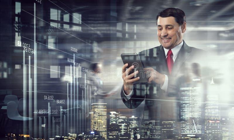 Download Старшая таблетка пользы бизнесмена Мультимедиа Стоковое Изображение - изображение насчитывающей водительство, мужчина: 81809429