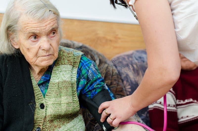 Старшее кровяное давление женщины стоковая фотография rf