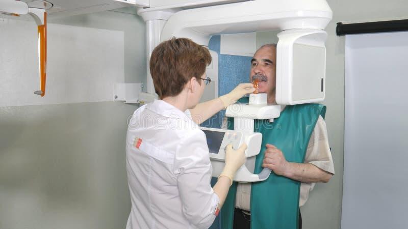 Старшее терпеливое рассмотрение зубов путем использование панорамного и cephalometric блока развертки рентгеновского снимка стоковая фотография rf