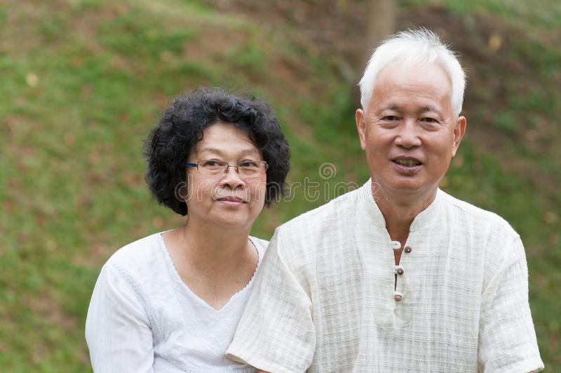 Старшие азиатские пары внешние стоковое фото