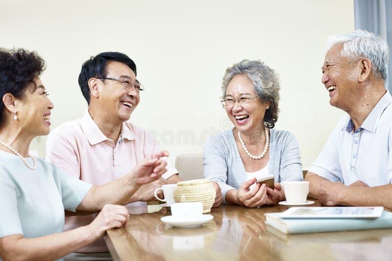 Старшие азиатские люди имея полезного время работы стоковые фотографии rf