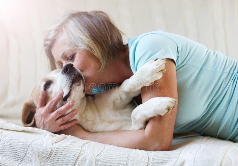 Старшие женщина и собака стоковая фотография rf