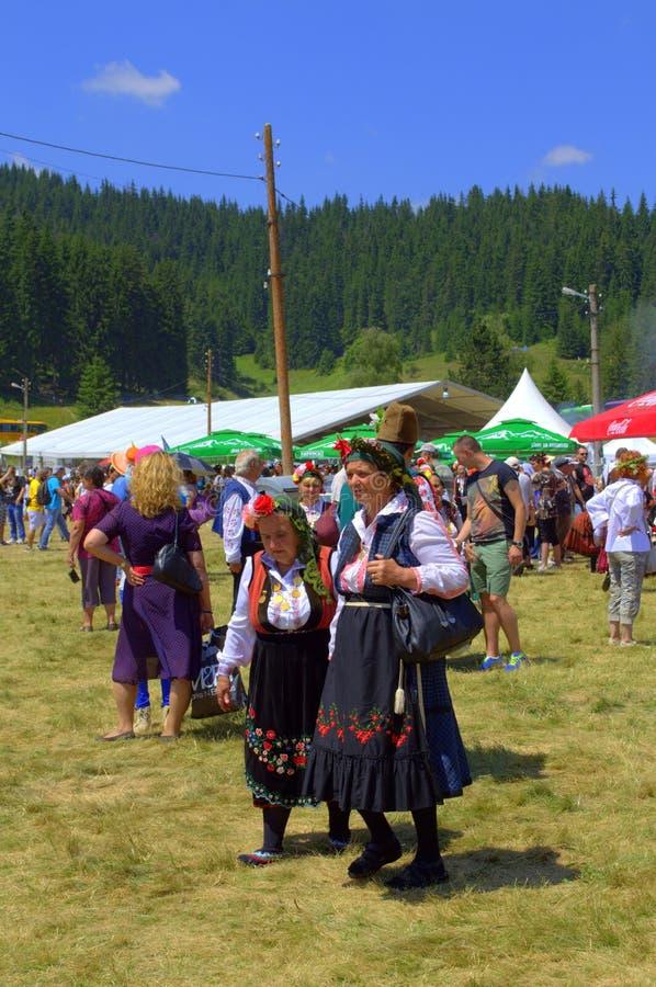Старшие женщины в болгарских подлинных платьях стоковые фото