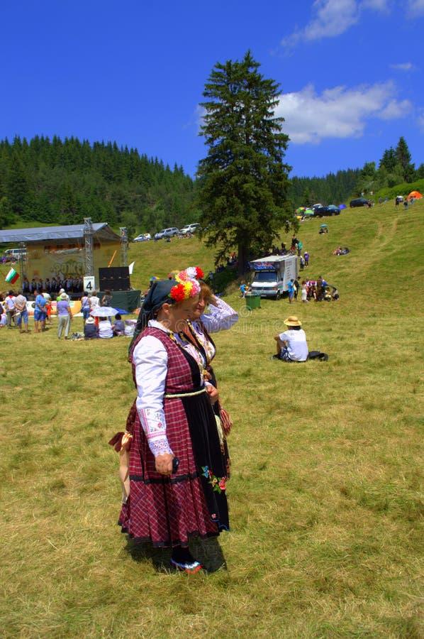 Старшие женщины в болгарских подлинных платьях стоковая фотография