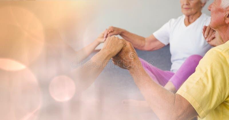 Старшие люди держа руки в спортзале стоковые фотографии rf