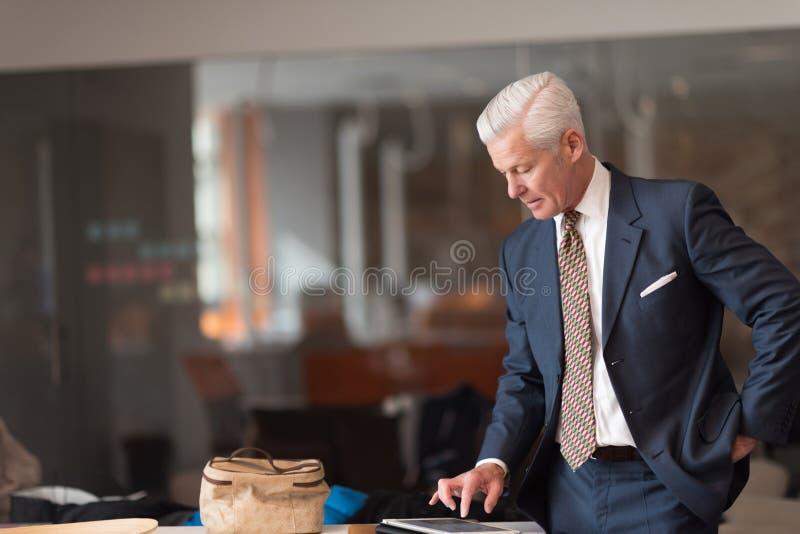 Старшие отчеты о чтения бизнесмена стоковое изображение