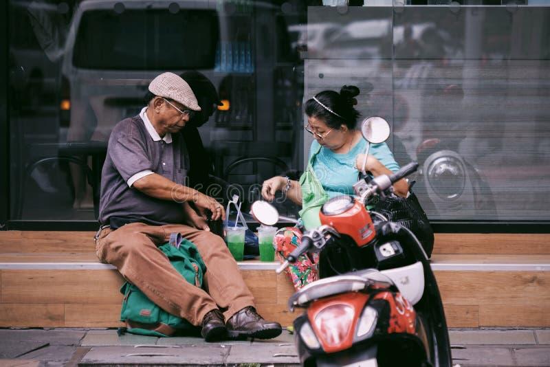 Старшие пары будут питьевая вода стоковое изображение rf