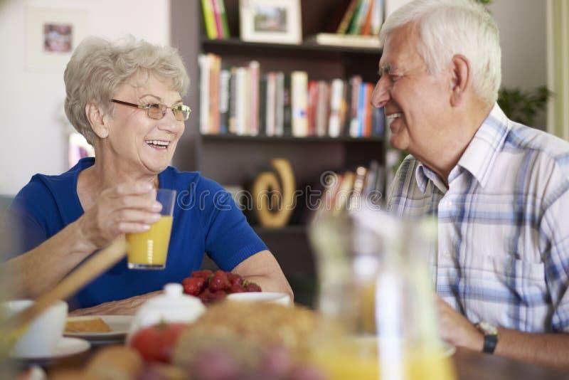 Старшие пары во время завтрака стоковые изображения