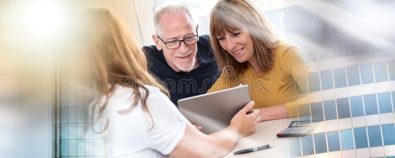 Старшие пары встречая агент недвижимости; множественная выдержка стоковая фотография rf