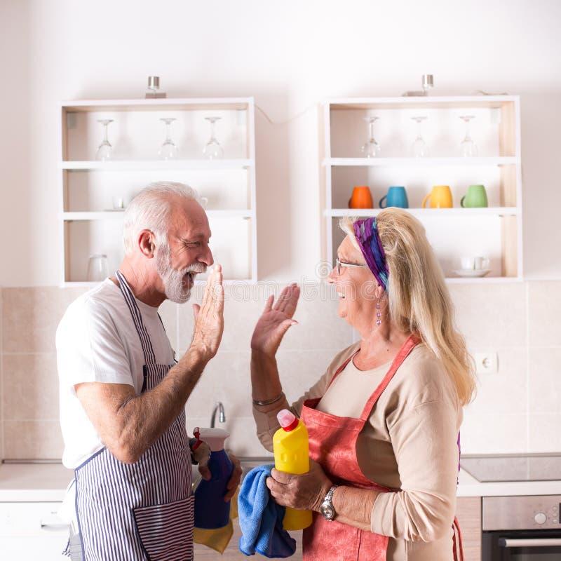 Старшие пары выполняют работу по дому стоковая фотография rf