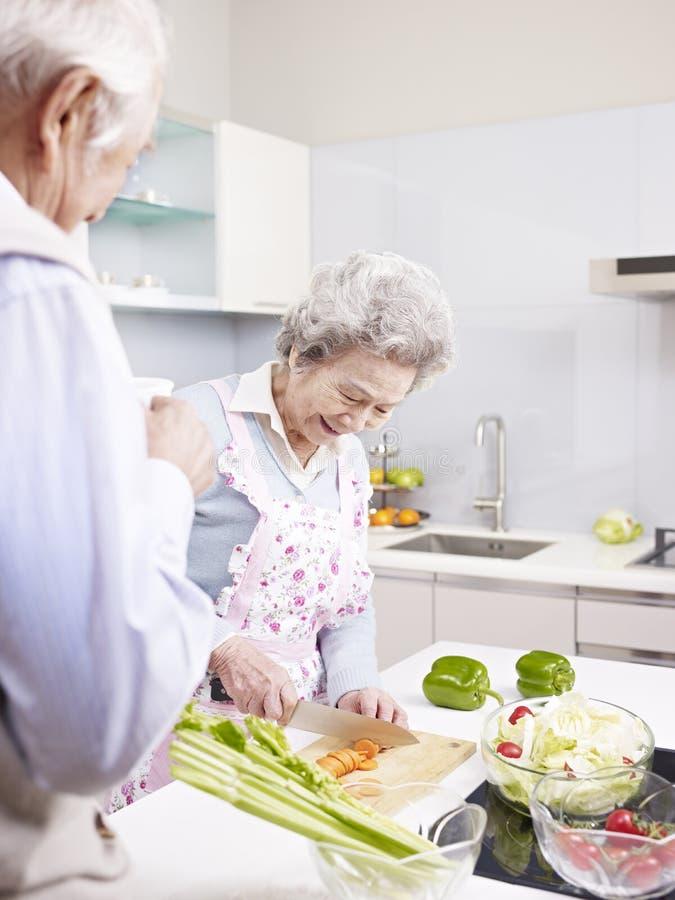 Старшие пары в кухне стоковые изображения rf