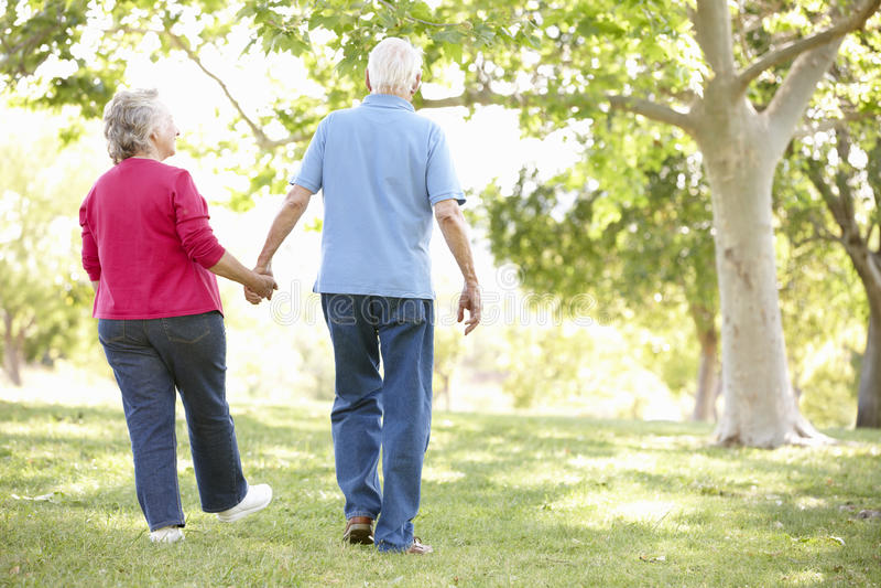 Старшие пары в парке стоковая фотография rf
