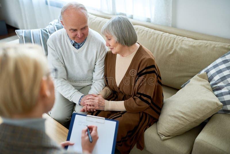 Старшие пары в терапии стоковые фотографии rf
