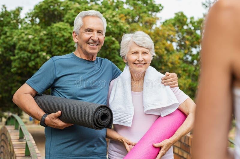 Старшие пары готовые для йоги стоковые изображения rf