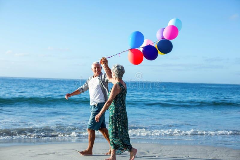 Старшие пары держа воздушные шары стоковые изображения rf