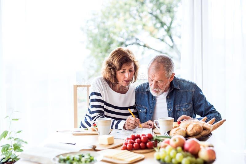 Старшие пары есть завтрак дома стоковое фото