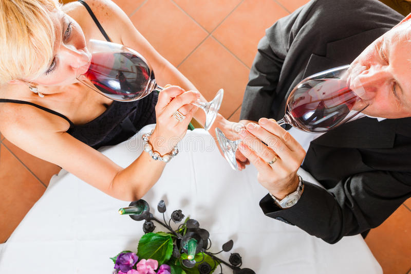 Download Старшие пары есть обедающий Стоковое Фото - изображение насчитывающей свечки, романско: 41662682