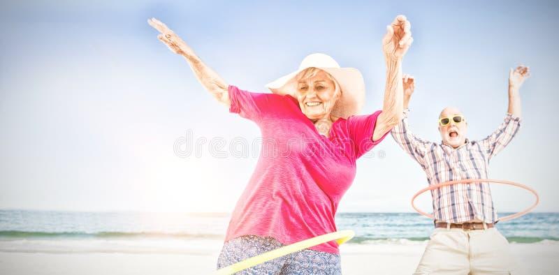Старшие пары делая обруч hula стоковое фото