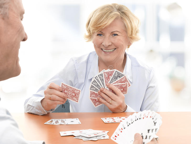 Старшие пары играя карточную игру стоковое изображение rf