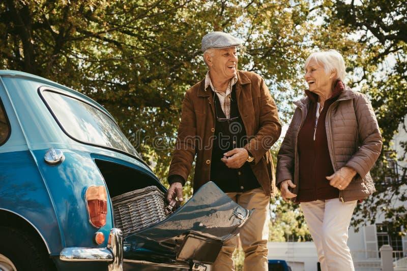 Старшие пары идя на пикник стоковая фотография rf