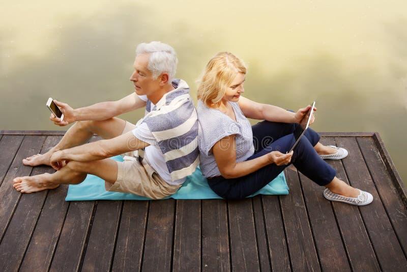 Старшие пары имеют потеху стоковые изображения rf