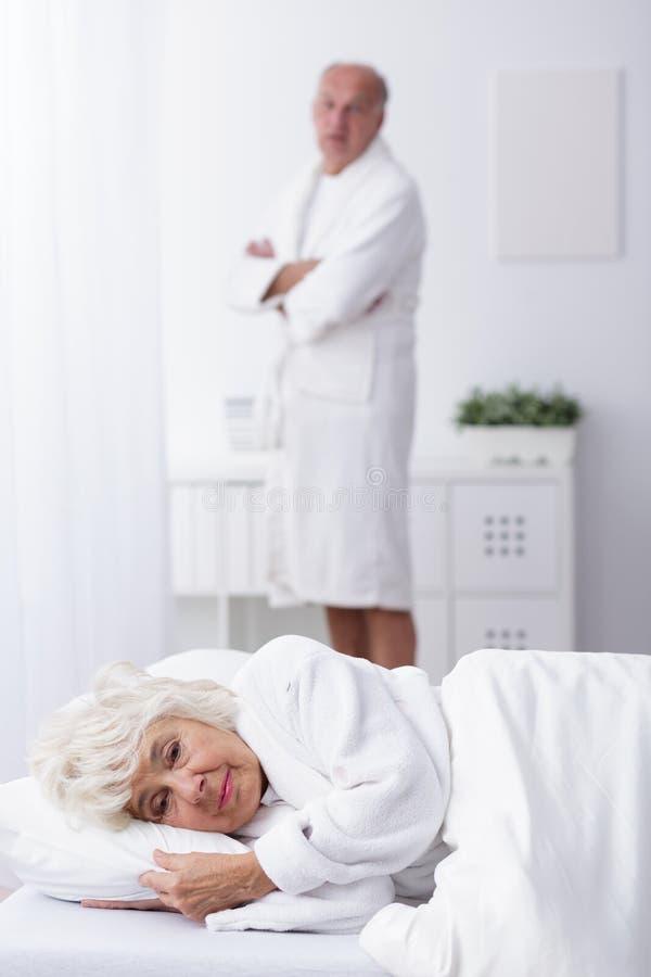 Старшие пары имея супружеские проблемы стоковая фотография rf
