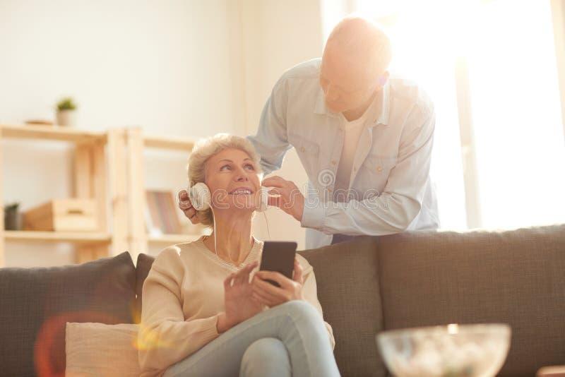 Старшие пары используя приборы стоковые фото