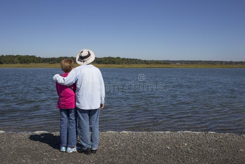 Старшие пары на воде стоковая фотография rf