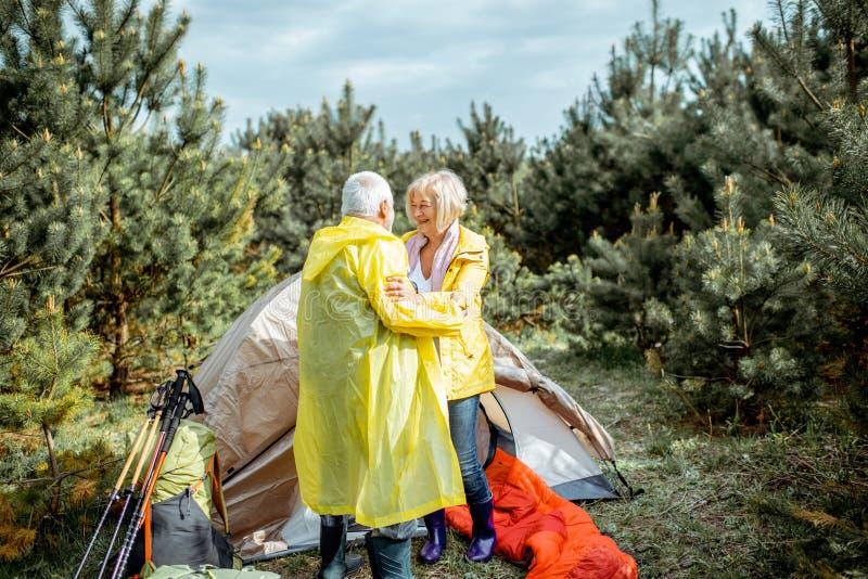 Старшие пары на месте для лагеря в лесе стоковое фото rf