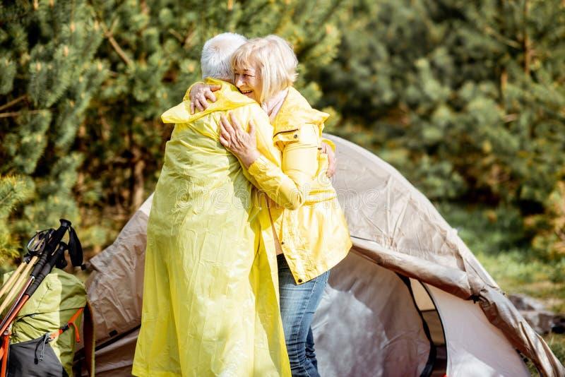 Старшие пары на месте для лагеря в лесе стоковое изображение