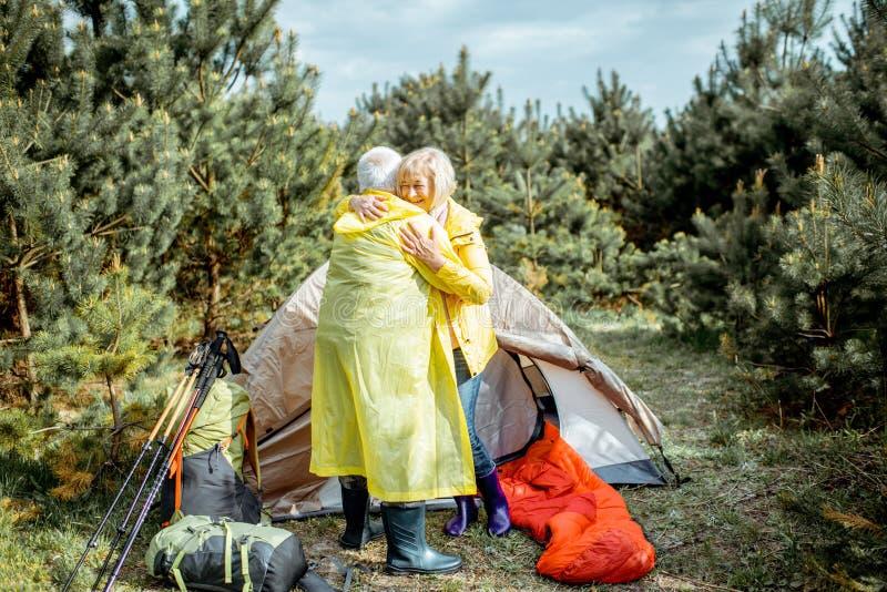 Старшие пары на месте для лагеря в лесе стоковые фотографии rf