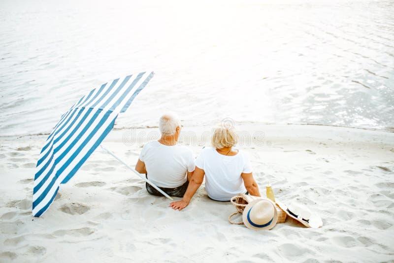 Старшие пары на пляже стоковая фотография rf