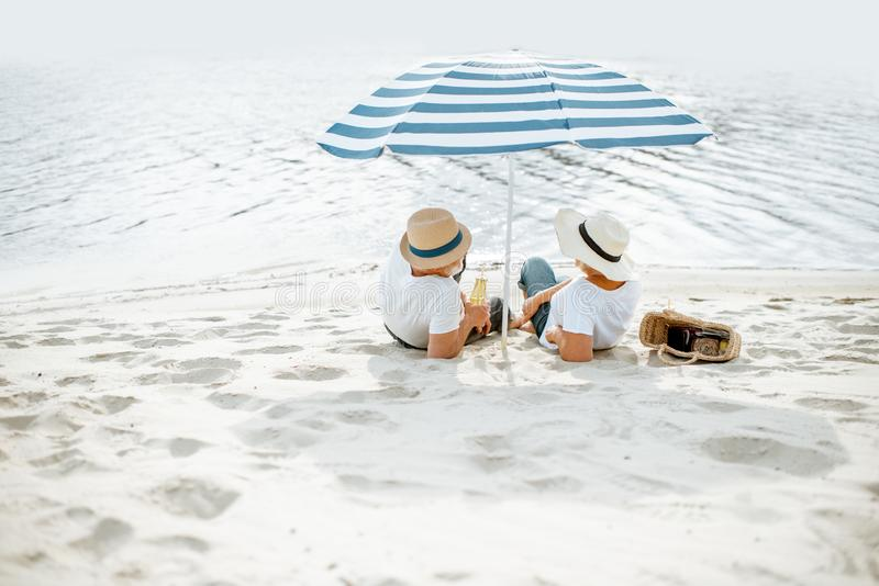 Старшие пары на пляже стоковые фото