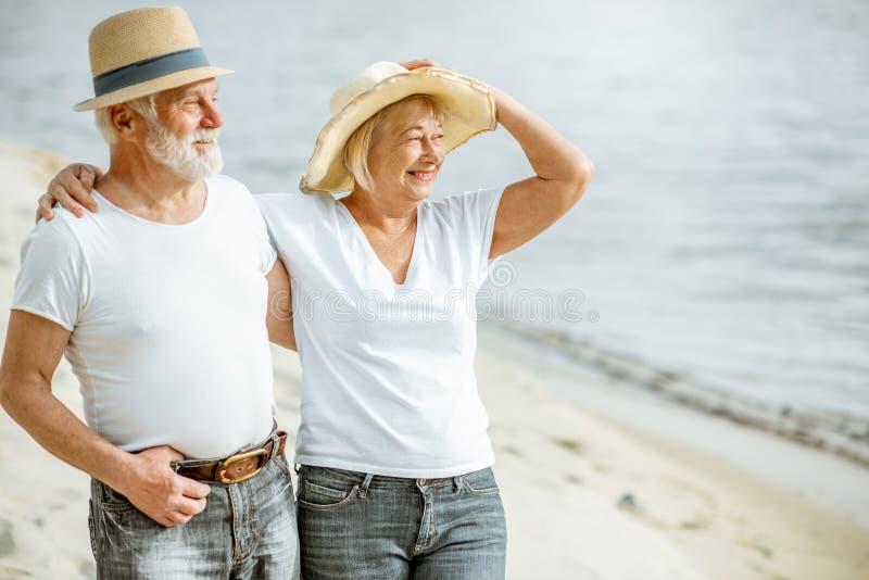 Старшие пары на пляже стоковое фото
