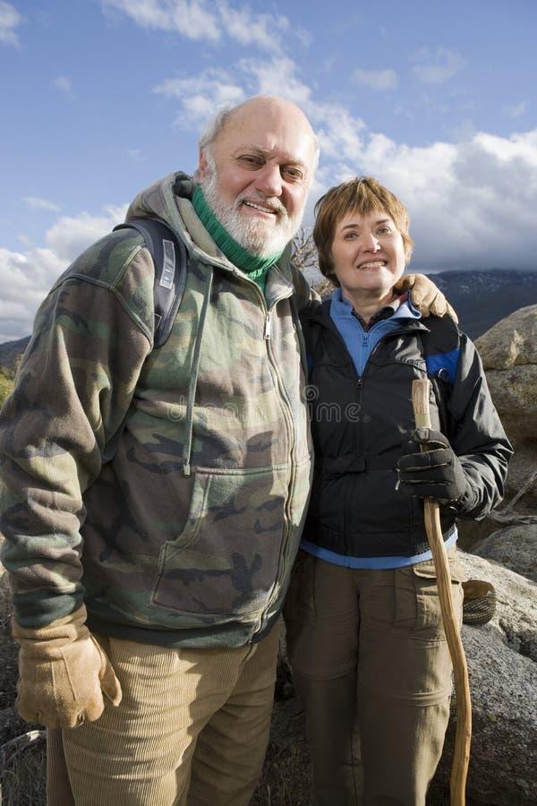 Старшие пары на Hiking отключение стоковое фото rf