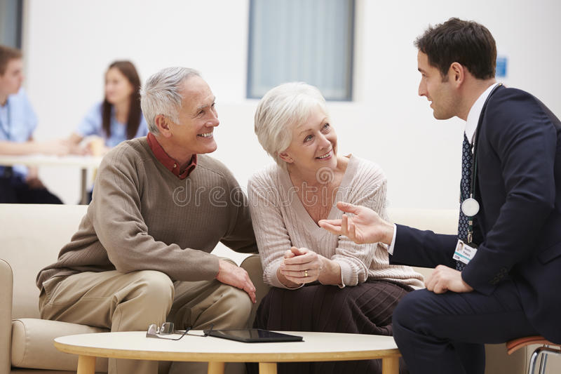 Старшие пары обсуждая результаты теста с доктором стоковые фото
