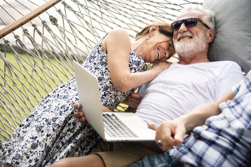 Старшие пары ослабляя в гамаке стоковые фотографии rf
