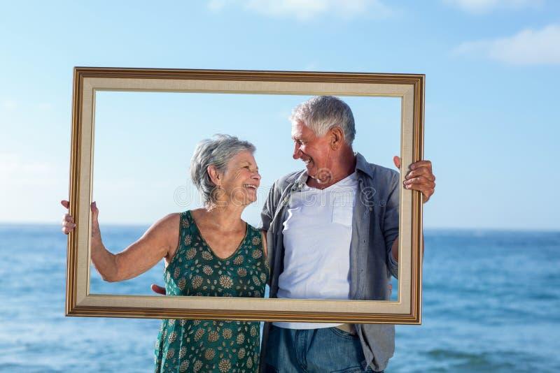 Старшие пары представляя с рамкой стоковое изображение