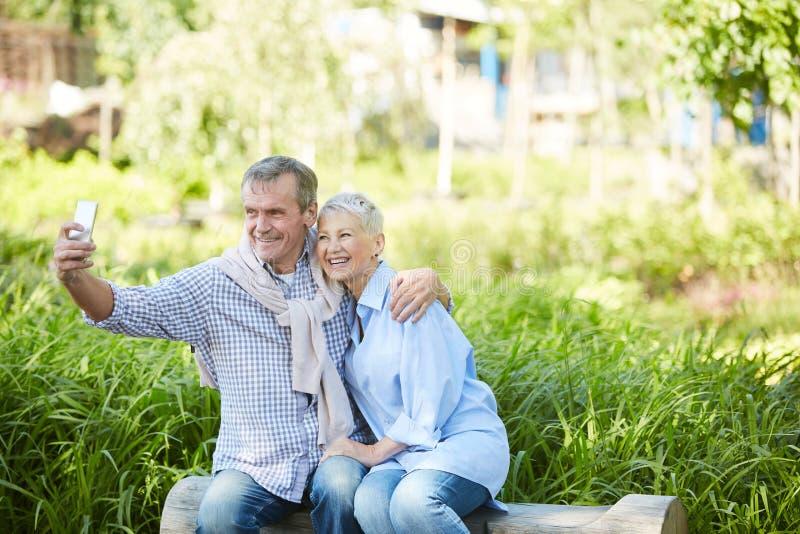 Старшие пары принимая Outdoors Selfie стоковая фотография
