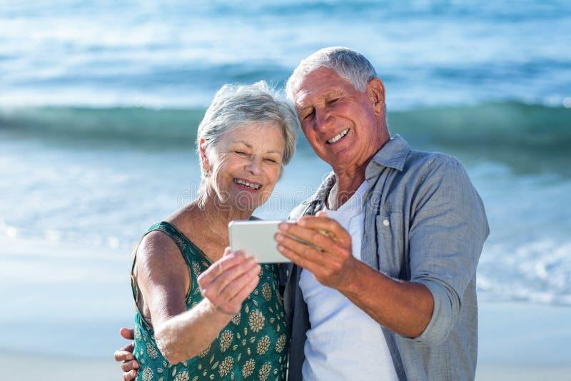 Старшие пары принимая selfie стоковые фотографии rf