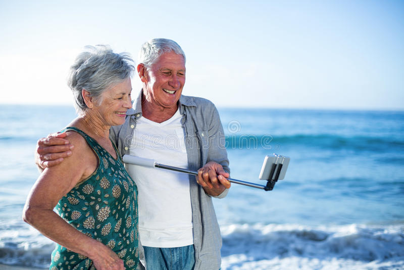 Старшие пары принимая selfie стоковое фото