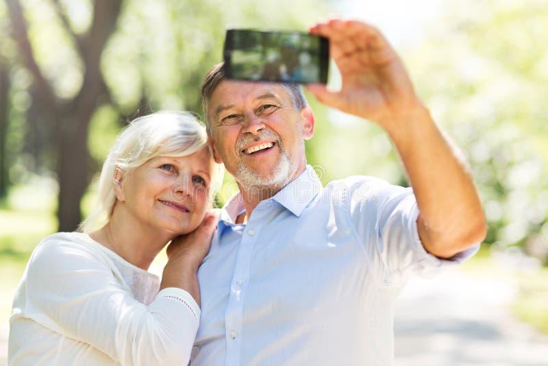 Старшие пары принимая selfie стоковая фотография rf