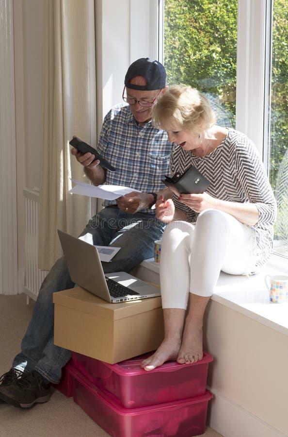 Старшие пары проверяют положение их дохода стоковые изображения