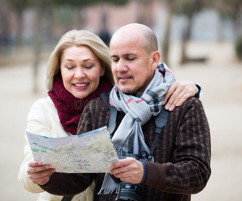 Старшие пары путешественников с картой стоковое фото