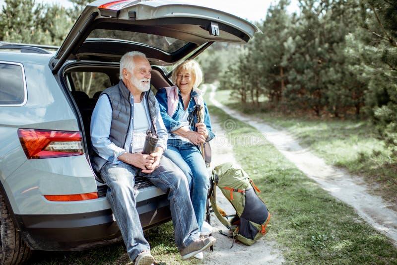 Старшие пары путешествуя на автомобиле стоковое изображение rf