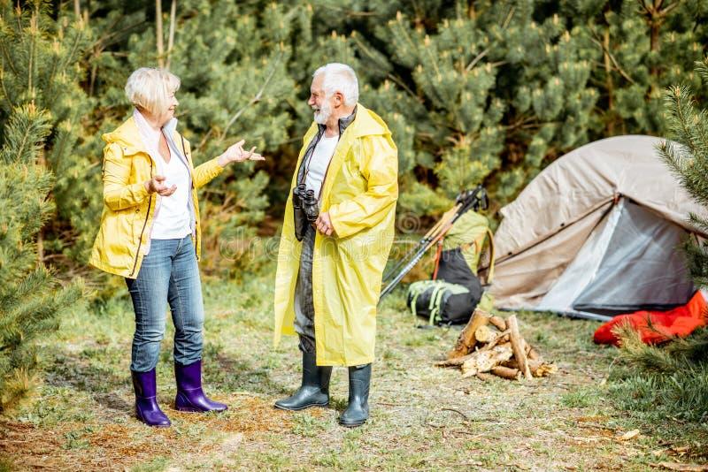 Старшие пары располагаясь лагерем в древесинах стоковая фотография rf