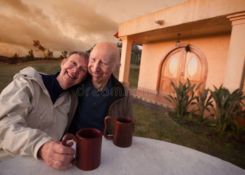 Старшие пары снаружи стоковая фотография rf